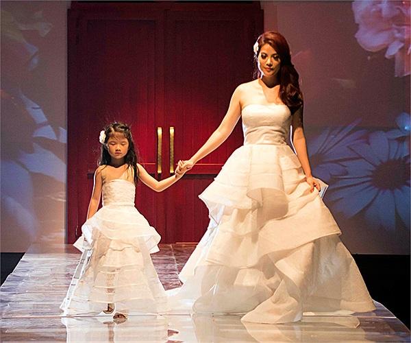 Hai mẹ con Trương Ngọc Ánh tỏa sáng trên sàn catwalk.