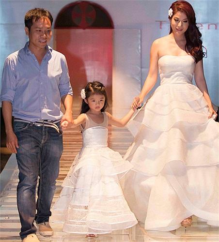 Hai mẹ con mặc hai chiếc đầm trắng có đính đá quý tinh xảo.