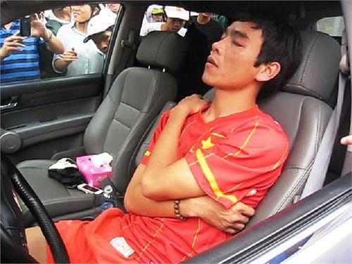 Khoảng 16h ngày 7/9/2012, cựu tuyển thủ Huy Hoàng và là đội trưởng của SLNA bị phát hiện nằm trong xe ô tô với tình trạng mất kiểm soát ở thành phố Thanh Hóa.