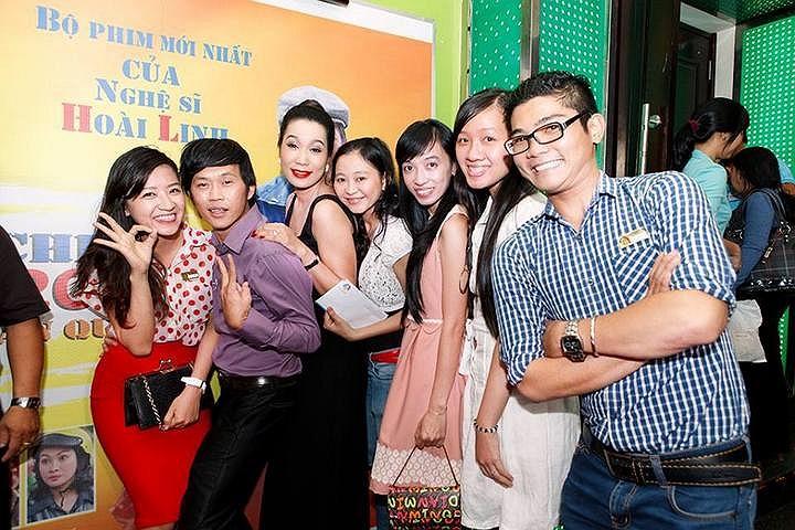 Trong buổi ra mắt phim mới của  mình, Hoài Linh mặc sơ mi, quần tây trông như một thanh niên nghiêm túc hai mươi tuổi.