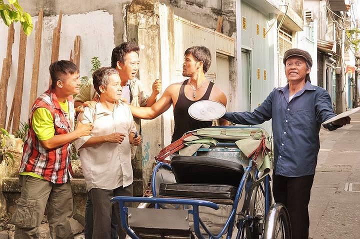 Ngoài đảm nhận một nhân vật nghèo khó, nhân hậu trong phim, Hoài Linh còn là nhà đồng sản xuất của phim Tía ơi...