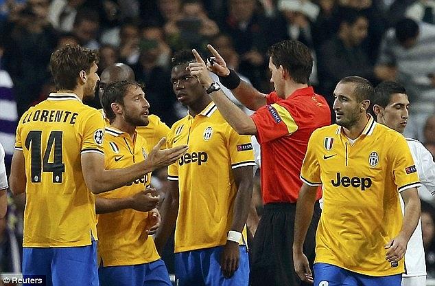 Phút 48, Juvetus chỉ còn 10 người do Chiellini bị thẻ đỏ rời sân. Nhưng cũng từng đây, hai đội chơi tẻ nhạt đến mức bị la ó và không bên nào có bàn thắng nữa (Tiểu Hàn)
