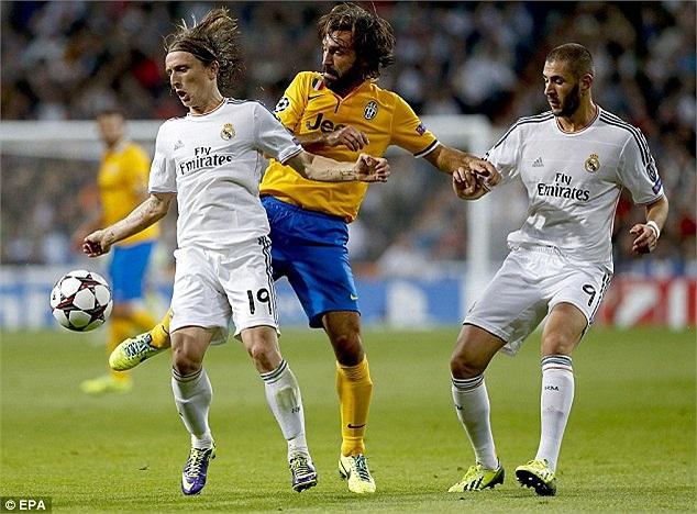 Nhưng Juvetus không phải là đội bóng hạng trung để cho Real 'bắt nạt'. Pha tranh chấp của Pirlo (vàng) với Luka Modirc và Benzema.