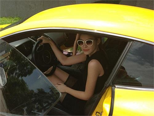 Andrea cũng nhận được một chiếc xe Aston Martin DB8 màu vàng rực có giá lên tới hơn 4 tỷ trong dịp sinh nhật.