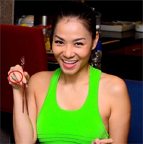 Thu Minh và chiếc nhẫn đính hôn kim cương được ông xã tỷ phú tặng có giá 300.000 USD.
