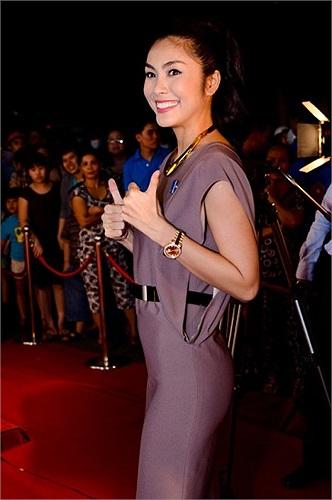 Sau khi kết hôn với thiếu gia Louis Nguyễn, Tăng Thanh Hà cũng được bố chồng ưu ái tặng một chiếc đồng hồ có giá hơn 1 tỷ đồng.