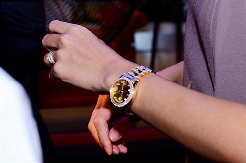 Được biết đó là chiếc Rolex Oyster Perpetual Lady-Datejust, làm từ vàng 18k đắt đỏ.