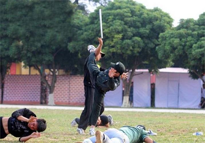 1 CSCĐ biểu diễn dùng võ thuật hạ gục đám thanh niên cầm hung khí