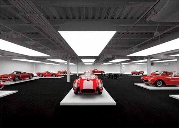 Ông trùm ngành thời trang Ralph Lauren được biết đến với bộ sưu tập xe toàn màu đỏ, gồm tổng số hơn 60 chiếc xe và có những tên tuổi nổi tiếng như Ferrari, Alfa Romeo mui trần, Bugatti, Mercedes, Bentley, Jaguar, McLaren F1…
