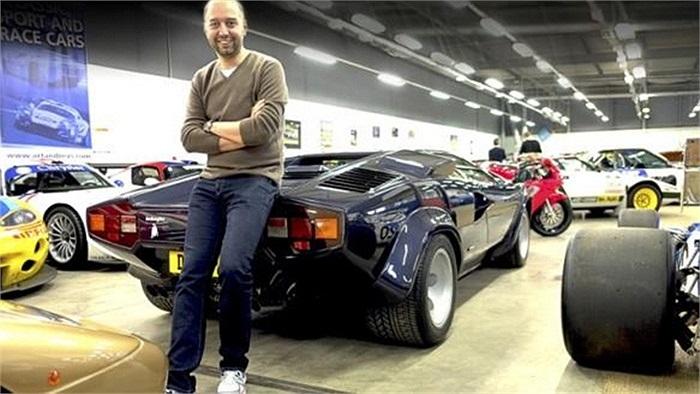 Doanh nhân Luxembourg nổi tiếng với bộ sưu tập xe hơi khủng.Bộ sưu tập xe của Lopez có nhiều dòng cổ điển và những chiếc xe đua tên tuổi như Porsche, Peugeot, Bugatti...