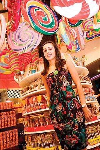 Sunaina Gill, 32 tuổi, người Singapore. Cô là giám đốc điều hành và kinh doanh trong công ty của cha - Gill Capital. Hiện, Sunaina Gill và anh trai đang giúp cha mình xây dựng một doanh nghiệp mới, tập trung vào lĩnh vực thực phẩm, thời trang...