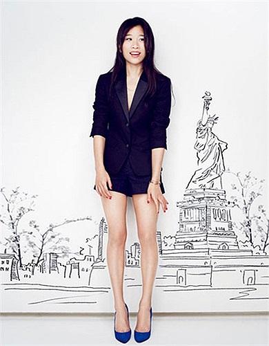 Dee Poon, 30 tuổi, đến từ Hong Kong, là Giám đốc thương hiệu của PYE và Giám đốc điều hành tại cửa hàng bán lẻ của tập đoàn dệt may Esquel. Poon quản lý 4 cửa hàng ở Trung Quốc và 1 của hàng ở Hong Kong. PYE cũng là một chi nhánh của Esquel Group.