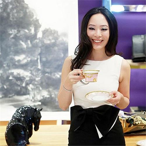 Sara Jane Ho, 27 tuổi, người Anh gốc Hong Kong. Cô tốt nghiệp đại học Harvard, là người sáng lập và đứng đầu viện Sarita ở Bắc Kinh, một viện nghiên cứu cao cấp về nghi thức phương Tây.