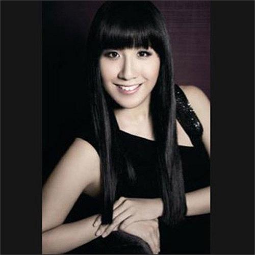 Jennifer Woo, 36 tuổi, đến từ Hong Kong, là Chủ tịch và Giám đốc điều hành của tập đoàn thời trang Lane Crawford Joyce. Cô là một trong những nhà bán lẻ quần áo trẻ tuổi nhất và mạnh mẽ nhất trong giới thời trang châu Á.