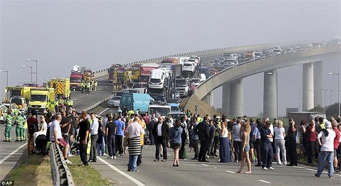Vụ tai nạn liên hoàn giữa khoảng 100 chiếc xe trên cầu vượt nước Anh vào sáng 5/9