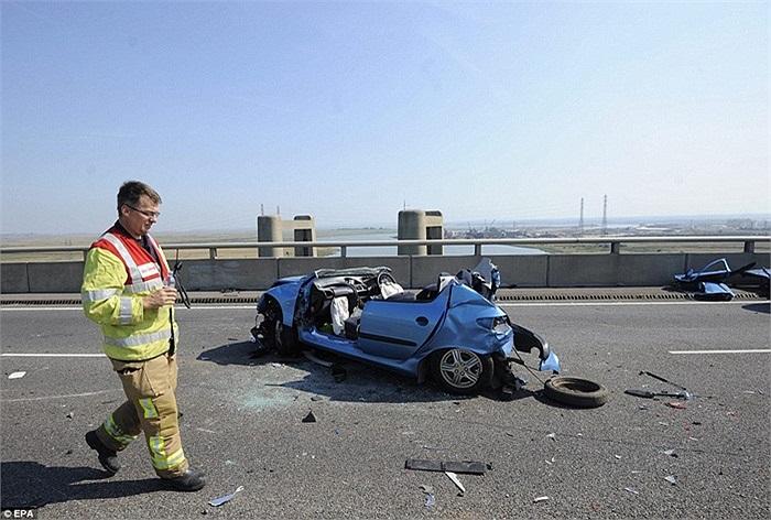 Phần thân của một chiếc xe còn sót lại