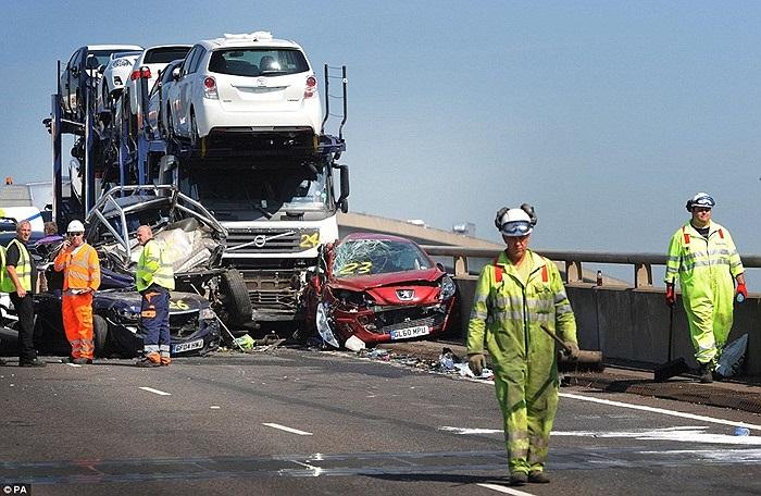 """Một nhân chứng cho biết hiện trường vụ tai nạn rất """"khủng khiếp"""". Anh mô tả hàng loạt xe hơi bị đùn xuống dưới gầm xe tải và người nằm la liệt trên đường"""