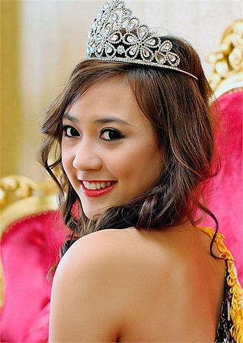 Với chủ đề 'Vẻ đẹp của sự thông minh', Cuộc thi nhằm tôn vinh vẻ đẹp các bạn nữ sinh viên Việt Nam, đặc biệt là vẻ đẹp trí tuệ, tài năng với sự tự tin, năng động. Trong ảnh là Nguyễn Phương Ân, đại học Luật TP.HCM.