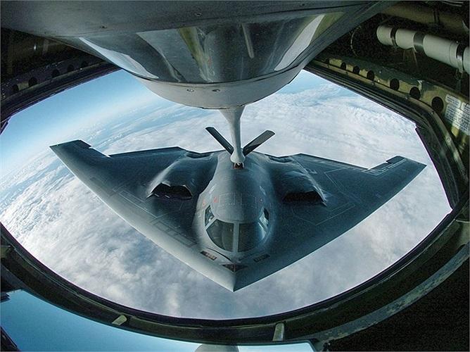 B-2 Spirit, máy bay ném bom chiến lược khổng lồ với hình dáng cánh dơi đặc trưng của quân đội Mỹ