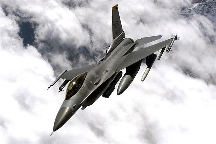 F-16 Fighting Falcon, quá nổi tiếng và thông dụng, hiện nay F-16 được sử dụng ở 25 quốc gia trên thế giới