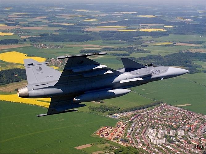 Saab Gripen, chiến cơ được các kỹ sư Thụy Điển thiết kế, có cả 2 phiên bản không và có người lái