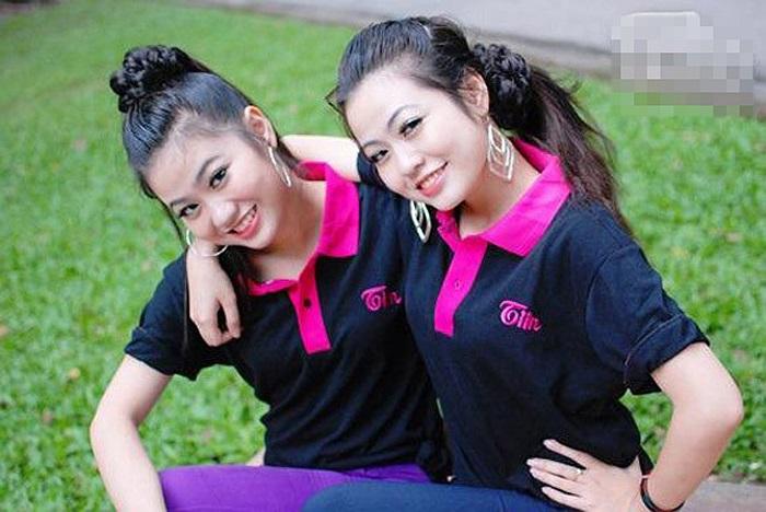Vương Linh và Thạch Linh là cặp đôi khá đình đám của học viện Báo chí Tuyên truyền Hà Nội. Giống nhau như hai giọt nước khiến không ít người nhầm lẫn gọi sai tên giữa cô chị và cô em.