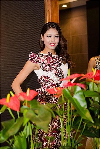 Xuất hiện với tư cách là người mẫu trong một event tối qua (17/7) tại Hà Nội, Nguyễn Thị Loan rất rạng rỡ.