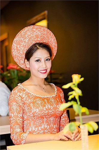 Nguyễn Thị LOan dịu dàng trong áo dài của Cao Minh Tiến.