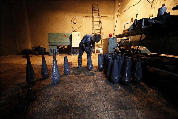 Hai cha con Issa sửa các loại vũ khí cho Quân đội Syria Tự do