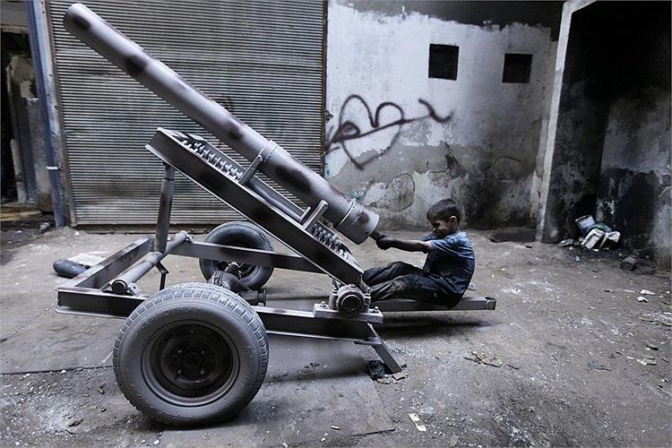 Tuổi thơ của Issa bị chôn vùi theo cuộc nội chiến kéo dài ở Syria bắt đầu từ tháng 3/2011