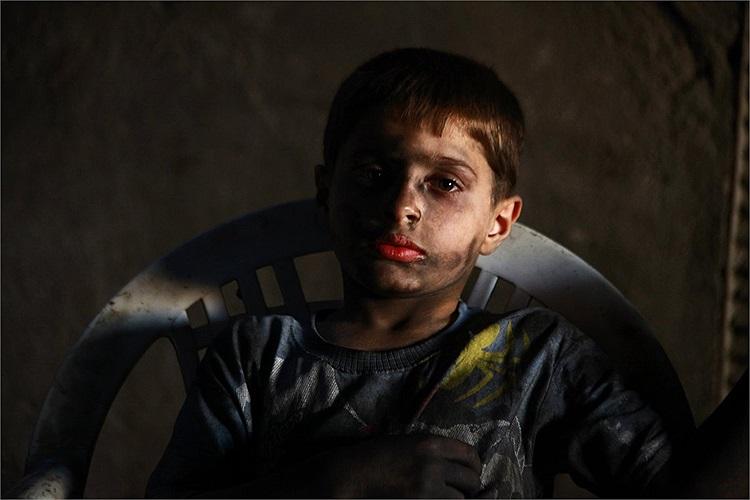 Hình ảnh Issa nghỉ giải lao trong xưởng sửa chữa vũ khí ở Aleppo ngày 7/9/2013