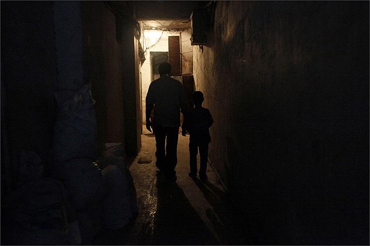 Hai cha con Issa trở về nhà ở Aleppo sau ngày làm việc vất vả