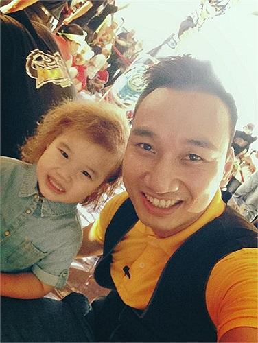 MC Thành Trung lúc nào cũng quấn quýt bên con gái.