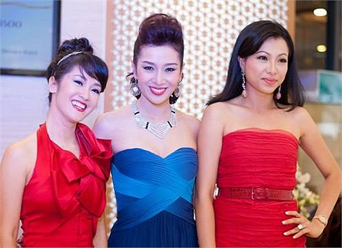 Hồng Nhung diện váy đỏ trẻ trung.