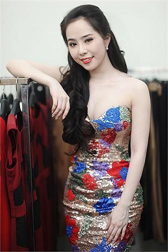 Thay vì phong cách hơi mờ nhạt trước kia, gần đây, Quỳnh Nga sang trọng hơn. Cô cho biết, có cả ê kíp riêng để lo trang phục và trang điểm cho mình.