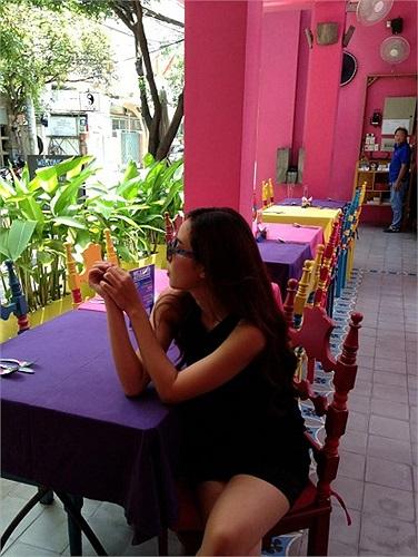 Lưu Hương Giang lãng đãng thả hồn ở quán cafe.