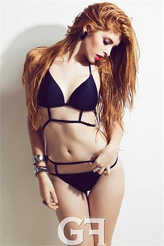 Người đẹp tự tin diện bikini tạo dáng đầy quyến rũ và gợi cảm.