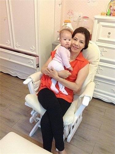 Vũ Thu Phương khoe ảnh con gái bên bà ngoại.