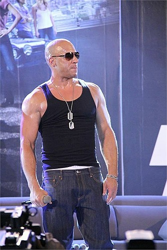 Trong tiếng nhạc rộn ràng của những bản soundtrack đình đám từ loạt phim, sự chờ đợi của Báo giới Châu Á và người hâm mộ vỡ òa khi Luke Evans, Gina Carano, Michelle Rodriguez và Vin Diesel lần lượt xuất hiện.