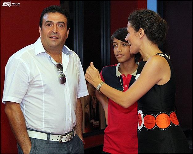 Bố và em trai của Andrea xuất hiện tại buổi ra mắt phim.