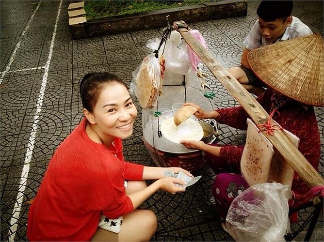 Thu Minh cũng lê la ăn vặt vỉa hè.