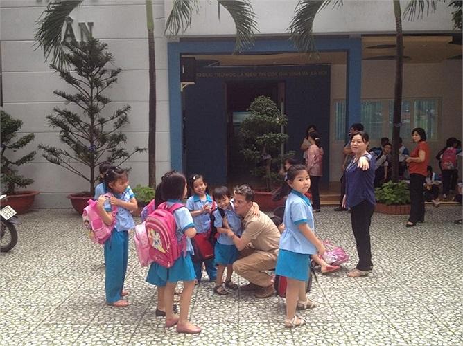 Bắt gặp Đàm Vĩnh Hưng đón con trai nuôi đi học về.