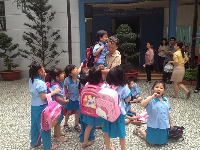Đàm Vĩnh Hưng đích thân đến tận trường học của cậu con trai nuôi đón về.