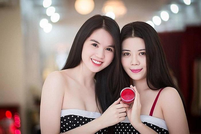 Ngọc Trinh và em gái đọ da trắng, dáng xinh.