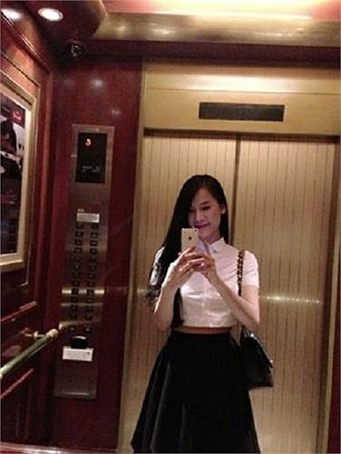 Người đẹp Thái Hà chụp ảnh trong thang máy.