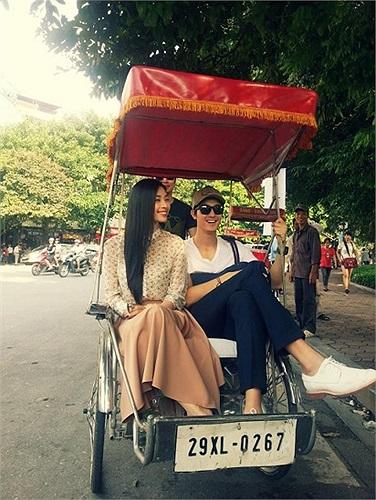 Ngô Thanh Vân cùng tài tử Hàn Quốc Lee Ki Woo dạo phố Hà Nội bằng xích lô.