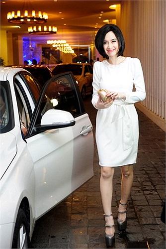 Bất chấp lệnh cấm diễn từ phía các cơ quan chức năng có thể đến từ bất cứ lúc nào, Angela Phương Trinh vẫn phớt lờ.