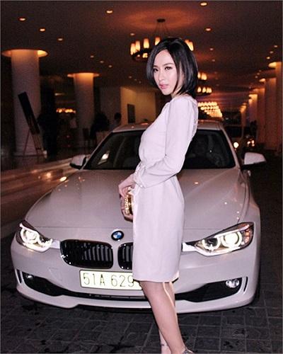 Sau khi chiếc ô tô cũ bị tố là đồ đi mượn, Angela Phương Trinh cũng sắm cho mình chiếc xe có giá 2 tỷ cho bằng chị bằng em, số tiền kiếm được chủ yếu là do đi diễn bar.