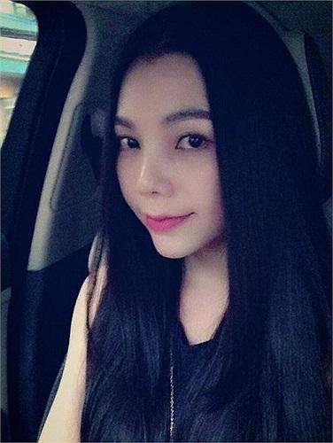 Trà Ngọc Hằng xinh tươi dạo phố.