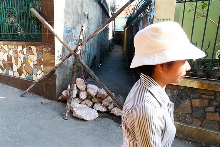 Con ngõ nhỏ dẫn đến nhà ông Thành bị phong tỏa để đảm bảo an toàn cho người dân. (Ảnh: Tuổi trẻ)